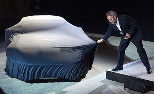 Le réalisateur Sam Mendes dévoile la nouvelle Aston Martin de James Bond, à Londres, le 4 décembre 2014.