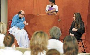 La troupe Entrées de Jeu a suscité le débat grâce au théâtre parmi les soignants dans un centre de cancérologie.