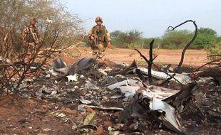 Une photo fournie le 25 juillet 2014 par l'ECPAD montrant des soldats français sur le site du crash du vol AH5017 d'Air Algérie