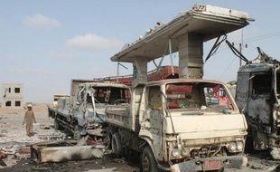 Destruction d'une installation pétrolière, utilisée par les rebelles houthis au nord d'Aden, à la suite de frappes aériennes menées par la coalition, le 4 juin 2015
