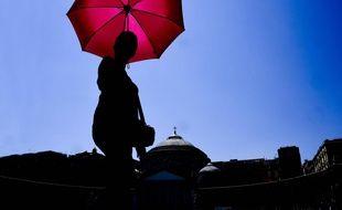 Une femme se promène sur la Piazza Plebiscito,   à Naples, en juillet 2019.