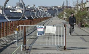 Un cycliste sur les quais de Loire le 24 mars 2020 à Nantes