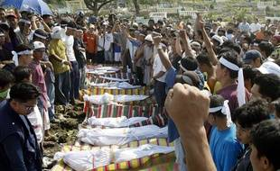 Des combattants du groupe terroriste philippin Abu Sayyaf, à Taguig (Philippines), le 16 mars 2005.