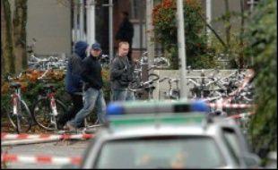 L'homme masqué et armé qui s'était introduit lundi matin dans un école d'Emsdetten (nord-ouest de l'Allemagne) est mort après avoir tiré et blessé plusieurs personnes, a indiqué la police sans préciser avec certitudes les circonstances de son décès.