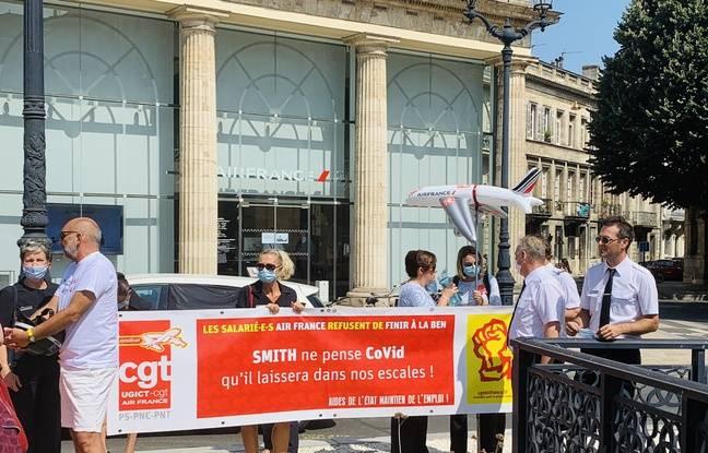 Une centaine de salariés de l'aéroport de Bordeaux ont manifesté contre la fermeture de la navette Air France avec Paris.