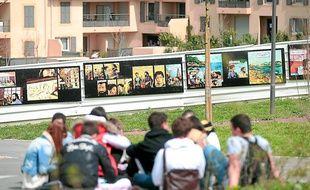 Des élèves du lycée Georges-Duby, à Luynes, bullent devant la BD sur la vie de Paul Cézanne.