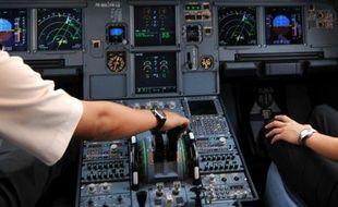 Deux pilotes aux commandes dans le cockpit d'un Airbus