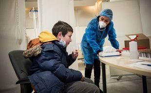 (Illustration)  La ville de Saint-Denis (93), lance des tests salivaires a destination des enfants jusque 11 ans, au centre de depistage COVID Biogroup / ARS. Saint-denis, France, le 3 Avril 2021.
