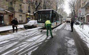 A Paris, les premières chutes de neige ont fortement perturbé le service des bus.
