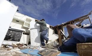 Un habitant de Rockport, au Texas, sauve des biens dans sa maison après le passage de la tempête Harvey.
