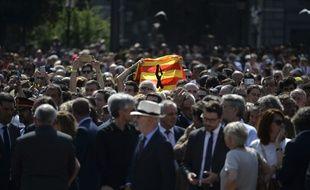 Le drapeau catalan dans la foule, lors d'un rassemblement en hommage aux victimes le 18 août 2017.