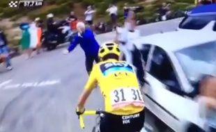 Un spectateur fait un bras d'honneur à Christopher Froome, le 24 juillet 2015, sur le Tour de France.