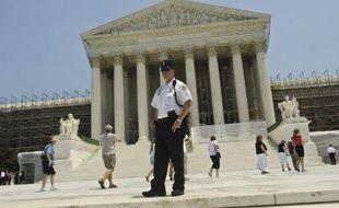 La Cour suprême des Etats-Unis devrait décider à l'automne si elle se saisit d'un autre sujet de controverse, le mariage homosexuel, après le dépôt d'un recours d'élus américains qui réclament de le juger anticonstitutionnel, apprend-on samedi de source judiciaire.