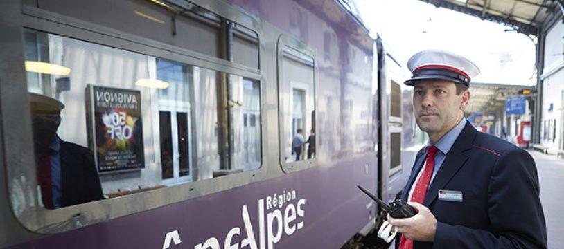 Un contrôleur de train SNCF.