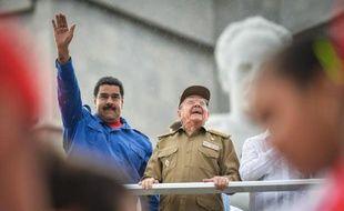 Les présidents de Cuba Raul Castro (d) et du Venezuela Nicolas Maduro pendant le défilé de la Fête du travail, le 1er mai 2015 à La Havane,