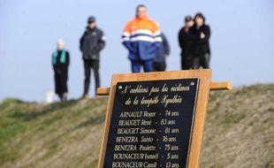 Des familles des victimes se recueillent à la Faute-sur-Mer pour rendre hommage aux 29 personnes décédées lors du passage de la tempête Xynthia, le 6 mars 2011.