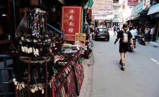 Dans le quartier du Thamel à Katmandou (Népal), les professionnels du tourisme constatent une baisse de la fréquentation malgré l'ouverture de la saison haute.