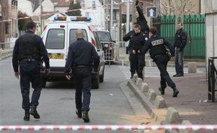 Le policier, retrouvé mort samedi soir à la Courneuve (Seine-Saint-Denis), a été tué par l'une des deux balles l'ayant atteint à la tête, la traversant de part en part selon les premiers résultats de l'autopsie, a-t-on appris lundi de source judiciaire.