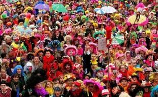 """Dunkerque a retrouvé son ambiance des deux mois de carnaval, qui culminent dimanche avec la première des """"trois joyeuses"""" (trois journées jusqu'au Mardi-Gras), et ses dizaines de milliers de fêtards déguisés, chantant et dansant au son du fifre et du tambour."""
