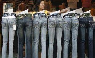 Vente de jeans sur un marché de Manille, Philippines, le 5 janvier 2008.