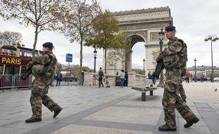 Des militaires patrouillant sur les Champs-Elysées, devant l'Arc de Triomphe à Paris, le 16 novembre 2015