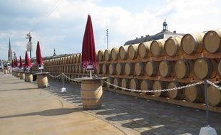 A Bordeaux, juin 2014, les tonneaux entreposes sur les quais a l'occasion de la fete du vin