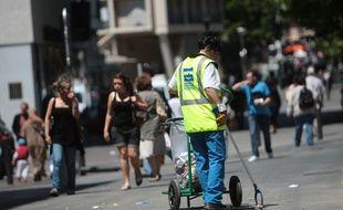 Une employée de MPM Marseille Provence Métropole qui s'occupe de la propreté dans le centre ville
