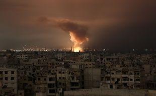 Au moins 21 civils ont été tués dans les bombardements, après des frappes intenses nocturnes qui ont provoqué des incendies dans des quartiers résidentiels, de la Ghouta en Syrie (le 23 février 2018.
