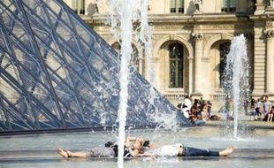 Des Parisiens profitent de la chaleur, le 23 avril 2011.