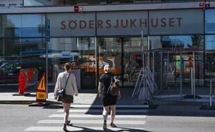 Devant un hôpital suédois, dans le pays qui a tenté la stratégie de l'immunité collective, en juin.
