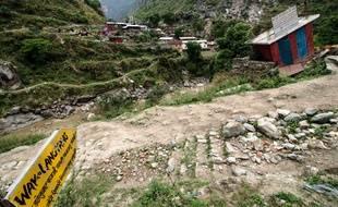 Samedi 26 avril, une pancarte indique le village de Langtang, départ de nombreux trails et détruit lors du séisme au Népal qui a fait plus de 8.000 morts.