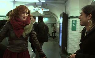 Emji et un chanteur du métro.