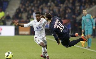 Ibrahimovic au duel avec Corgnet, lors de Lyon-PSG, le 28 février 2016.