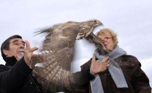 La candidate d'Europe Ecologie-Les Verts à la présidentielle Eva Joly, en déplacement en Auvergne vendredi, a participé au lâcher d'un oiseau et pris leur défense, pour son premier déplacement de la campagne sur le thème de la biodiversité.