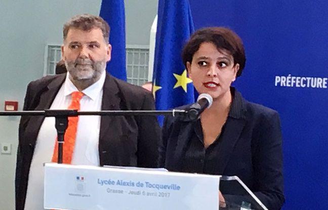 La ministre de l'éducation nationale Najat Vallaud-Belkacem a décoré de la légion d'honneur le proviseur du lycée de Grasse Hervé Pizzinat.