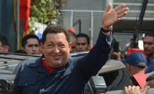 Le président sortant Hugo Chavez a été réélu dimanche à la tête du Venezuela en remportant 54,42% des suffrages contre 44,97% au candidat de l'opposition, Henrique Capriles Radonski, après dépouillement de 90% des bulletins, ont indiqué les autorités électorales.