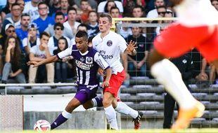 L'attaquant du TFC Wissam Ben Yedder prend le meilleur sur le défenseur du PSG Lucas Digne, lors de Toulouse - Paris-Saint-Germain en Ligue 1, le 27 septembre 2014 au Stadium de Toulouse.