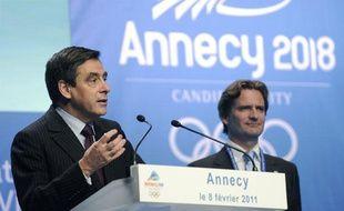 Le premier ministre François Fillon (à gauche), devant Charles Beigbeder, le président d'Annecy 2018, présente à la Commission olympique le projet français, le 8 février 2011