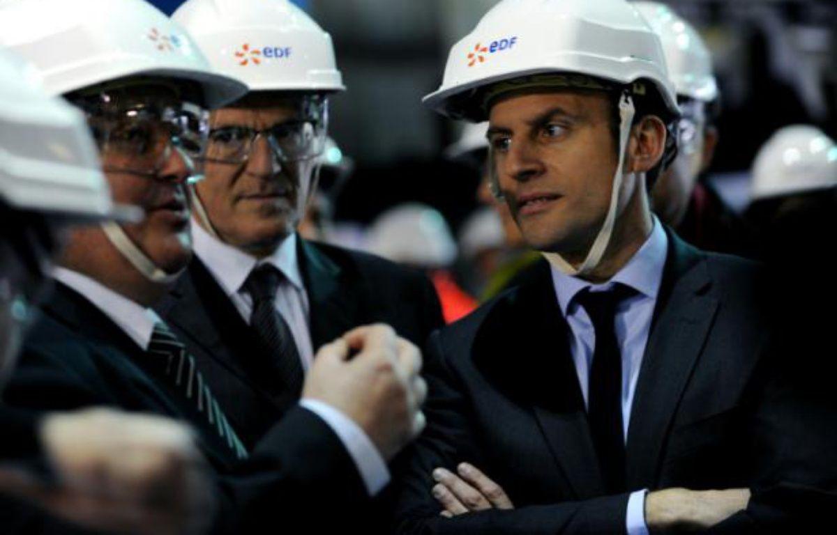 Le ministre de l'Economie Emmanuel Macron (d), le PDG d'EDF Jean-Bernard Levy (c) et le directeur de la centrale Louis Bellegarde lors d'une visite à la centrale nucléaire de Civaux, le 17 mars 2016 – GUILLAUME SOUVANT AFP