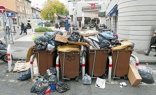 Les poubelles débordent toujours après un week-end sans ramassage.
