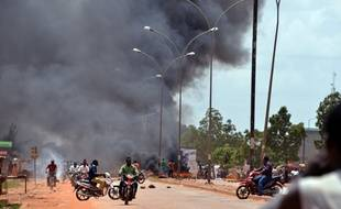 Des habitants de Ouagadougou brûlent des pneus dans la capitale quadrillée jeudi 17 septembre 2015 après le coup d'état militaire.