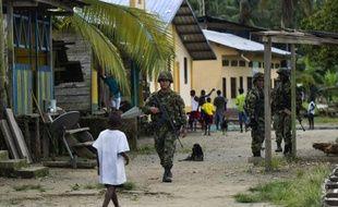 Des soldats colombiens patrouillent dans les rues de Las Mercedes, zone rurale de Quibdo, où a été kidnappé le général Ruben Alzate, le 18 novembre 2014