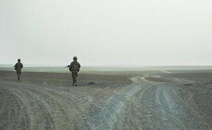 Un soldat et un civil faisant partie de la coalition de l'Otan et quatre agents des services secrets afghans ont été tués lors d'un attentat suicide dans la province de Kandahar, dans le sud de l'Afghanistan, a-t-on appris samedi de sources concordantes.