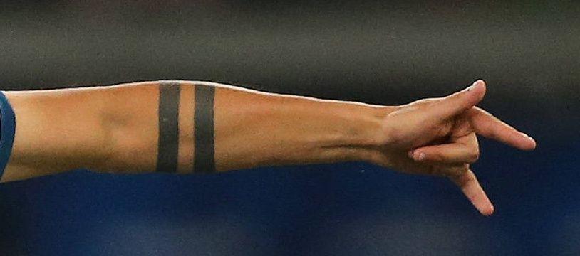 Deux tatouages en forme d'anneau autour d'un bras