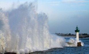 Le sauvetage du phare de Mogueriec (Finistère) pourrait s'effectuer grâce à son partenariat avec celui de Menton (Alpes-Maritimes).