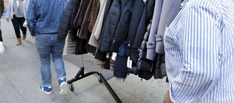 Des hommes transportent des manteaux en fourrure dans les rues de New-York.