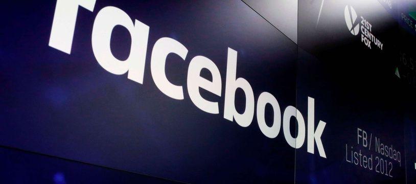 Le logo de Facebook sur les écrans de Times Square à New York