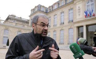 """Le secrétaire général de la CFDT, François Chérèque, a relevé lundi """"une sorte de schizophrénie"""" à droite entre Nicolas Sarkozy qui """"tape à bras raccourcis sur les syndicats"""" et François Fillon qui veut éviter cela, et a jugé regrettable que le président-candidat veuille utiliser le 1er mai pour """"agresser"""" les syndicats."""