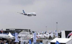 Un Airbus A 380 se prépare à atterrir le 15 juin 2015 après un vol de démonstration dans le cadre du 51e Salon de l'aéronautique du Bourget, dans les environs de Paris