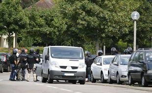 Des policiers BRI dans le village de Saint-Étienne-du-Rouvray, le 26 juillet 2016